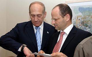 יורם טורבוביץ ואהוד אולמרט בלשכת ראש הממשלה ב-2007 (צילום: משה מילנר/לע״מ)