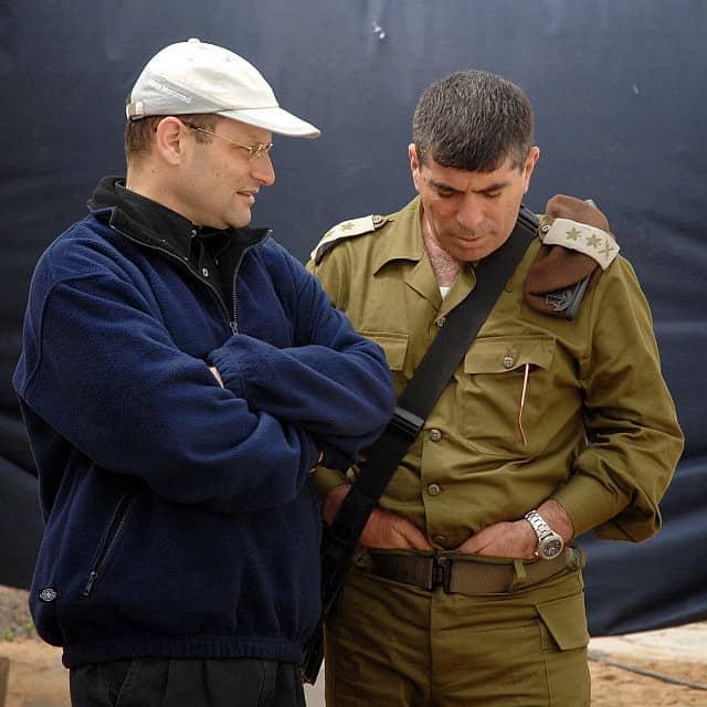 """יורם טורבוביץ', אז ראש הסגל במשרד ראש הממשלה, משוחח עם הרמטכ""""ל דאז גבי אשכנזי, בעת סיור בעזה ב-2007 (צילום: לע״מ)"""