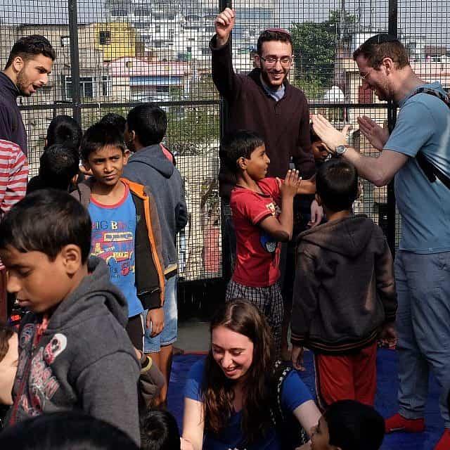 משתתפים בתכנית בן עזאי עם נערים הודים יתומים בכלכותה (צילום: יהודה ארי גרוס)