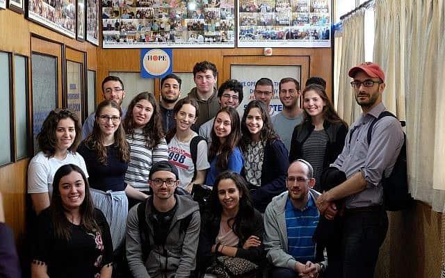 משתתפים בתכנית בן עזאי של הרב הראשי של בריטניה מבקרים בבית חולים במהלך נסיעה לכלכותה (צילום: יהודה ארי גרוס)