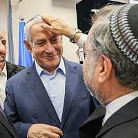 Rabbi Riskin blesses Prime Minister Benjamin Netanyahu during a visit in Efrat, in Gush Etzion, on July 31, 2019 (צילום: Gershon-Elinson-Flash90)
