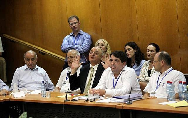יורם טורבוביץ׳, מימין, בפמלייתו של יצחק תשובה בוועדת הכנסת ב-2010 (צילום: יוסי זמיר/פלאש90)