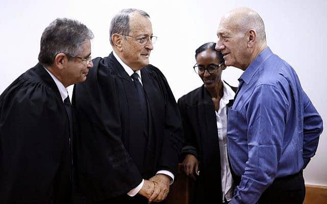 עו״ד איל רוזובסקי, משמאל, עם עו״ד אלי זהר (במרכז) ואהוד אולמרט, בבית המשפט ב-25 במאי 2015 (צילום: David Vaaknin/POOL)