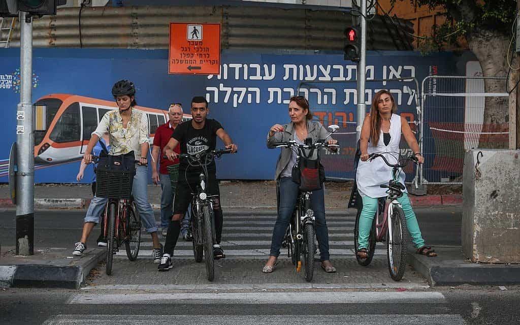 צעירים רוכבים על אופניים באזור שבו אמורה לעבור הרכבת הקלה בתל אביב, צילום ארכיון, למצולמים אין קשר לנאמר בכתבה (צילום: Nati Shohat/Flash90)
