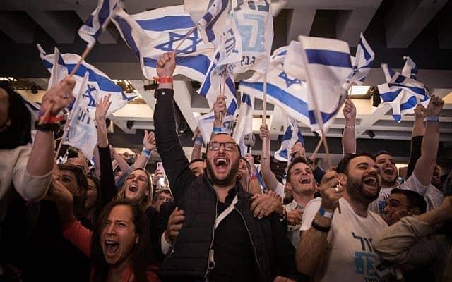 תומכי כחול לבן מגיבים לתוצאות ההצבעה בבחירות במטה המפלגה בתל-אביב. באפריל 2019 (צילום: Hadas Parush/FLASH90)