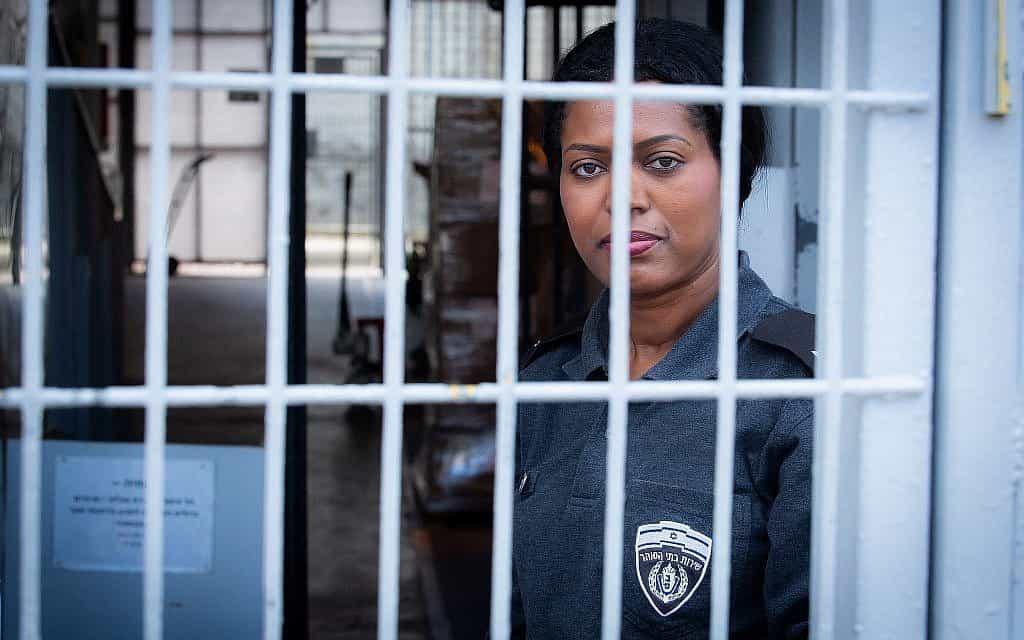 שוטרת שירות בתי הסוהר בכלא הנשים, נווה תרצה (צילום: משה שי/פלאש90)