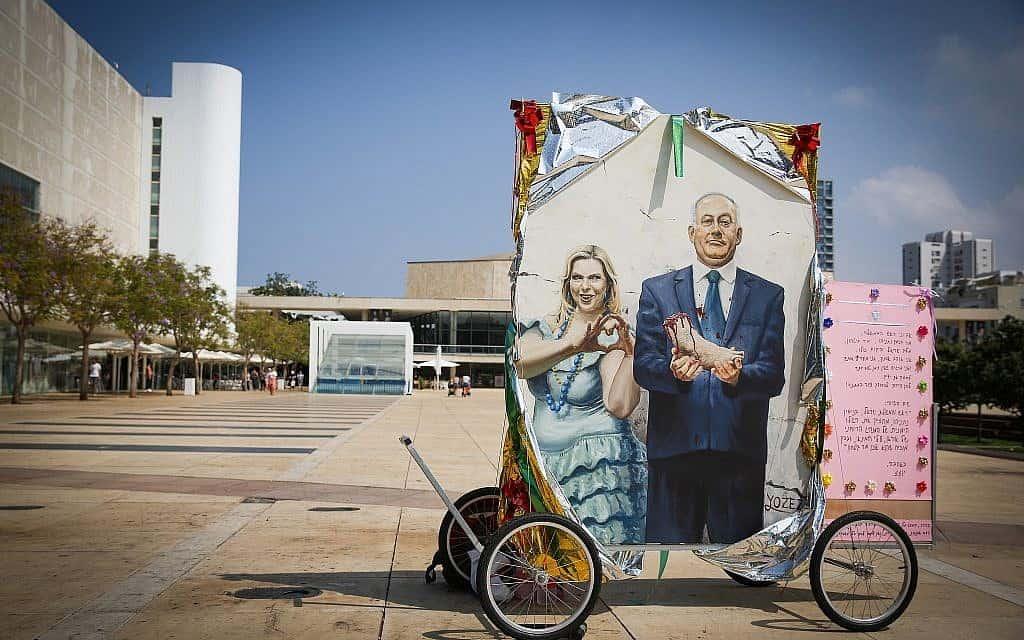 ציור של בנימין ושרה נתניהו בתל אביב, ספטמבר 2019 (צילום: פלאש 90)
