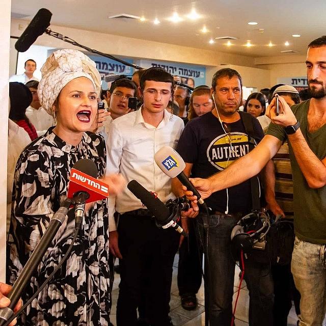 אדווה ביטון מעוצמה יהודית משוחחת עם התקשורת בליל הבחירות (צילום: פלאש 90)