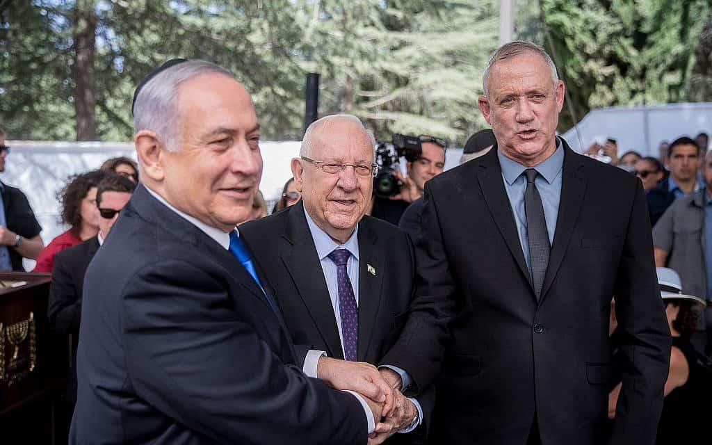 הנשיא רובי ריבלין דוחף ללחיצת יד בין בני גנץ לביבי נתניהו (צילום: יונתן סינדל/פלאש90)