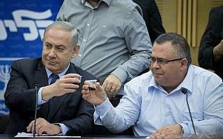 בנימין נתניהו ודוד ביטן בפתח ישיבת סיעת הליכוד (צילום: Yonatan Sindel-Flash90)