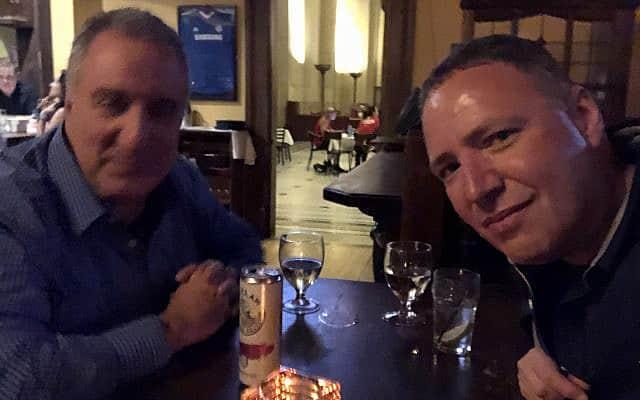 המחבר (מימין) עם ידידו מהתיכון (צילום: דן פרי)
