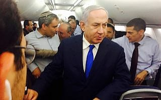 בנימין נתניהו מגיע לירכתי המטוס בטיסה חזרה מסוצ׳י, ב-12 בספטמבר 2019 (צילום: שלום ירושלמי/זמן ישראל)