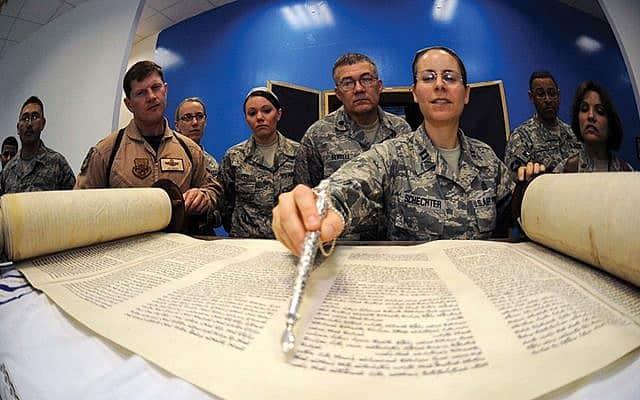 רבה צבאית קוראת בתורה בבסיס של צבא היבשה האמריקני (צילום: JWB Jewish Chaplains Council)