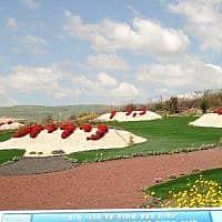 """גבעת הפרחים שנקטפו – אתר הנצחה בנהריים לתלמידות בי""""ס מבית שמש שנרצחו בפיגוע בשנת 1997 (צילום: אלה פאוסט, מתוך אתר פיקיויקי)"""