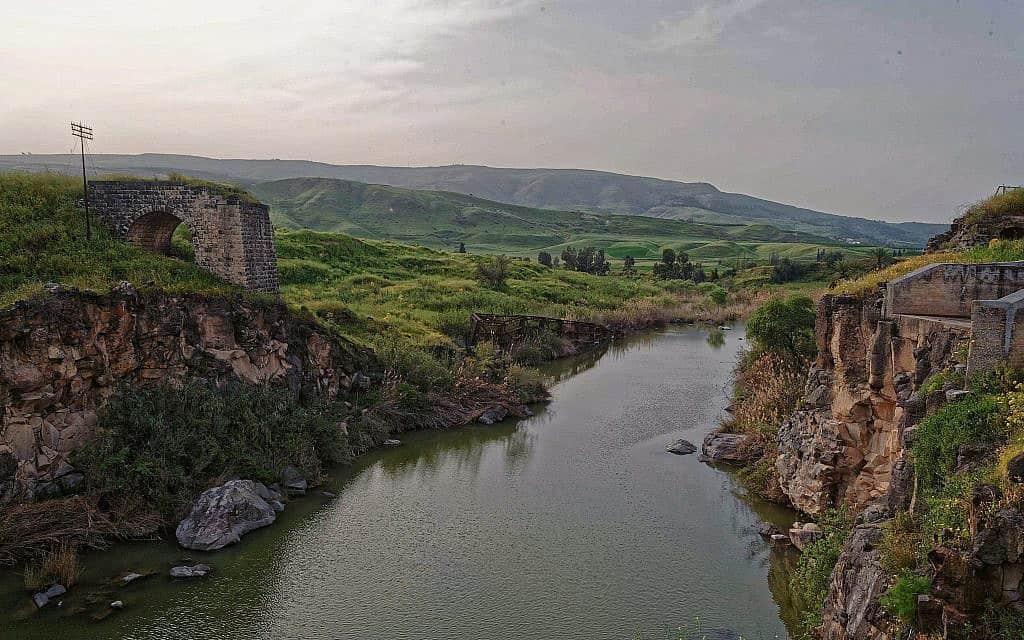 תחנת כח נהריים ב-2012 (צילום: צבי מרקוס, מתוך אתר פיקיויקי)