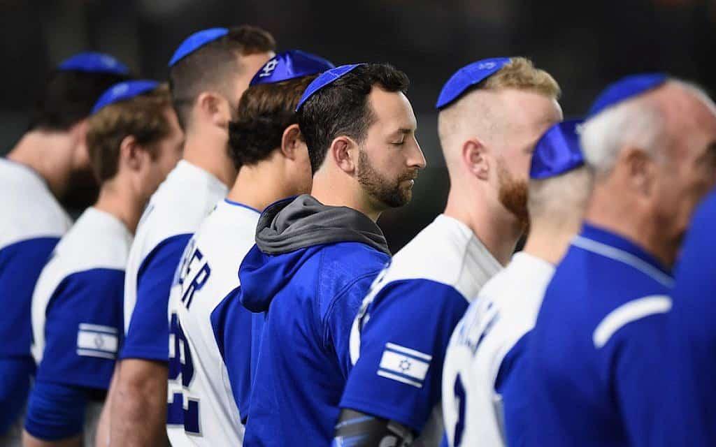 שחקני נבחרת ישראל עומדים בהמנון הלאומי לפני המשחק מול הולנד בטוקיו דום, 13 במרס, 2017, בטוקיו, יפן (צילום: מאט רוברטס\גטי אימג'ס\JTA)
