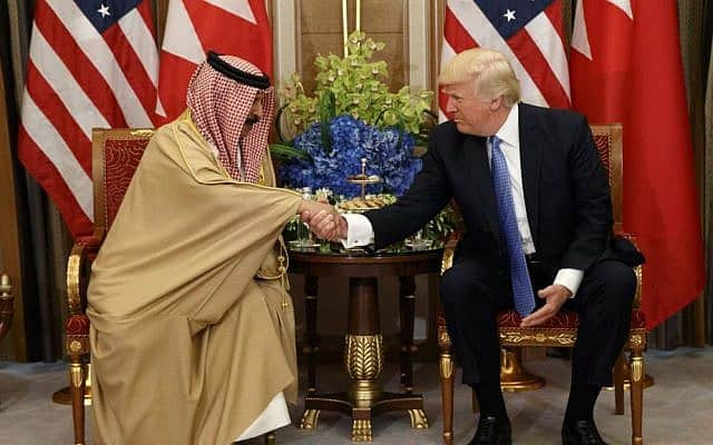 נשיא ארצות הברית, דונלד טראמפ, מימין, בפגישה עם המלך הבחרייני חמד בן עיסא אל-חליפה, 21 במאי, 2017, בריאד (צילום: AP\ אוון ווצ'י)