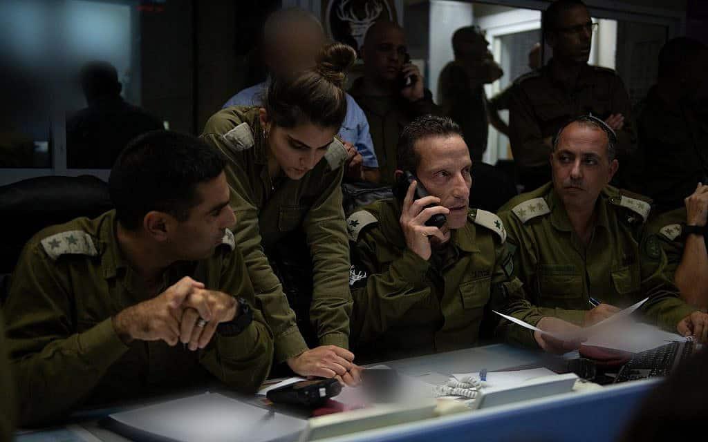 """במרכז: מפקד פיקוד הצפון, אלוף אמיר ברעם, מפיקד מבור הפיקוד על כוחות צה""""ל ביום הקרב עם חזבאללה. (צילום: דובר צה״ל)"""