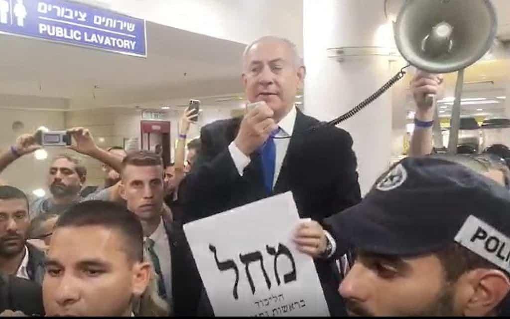 ראש הממשלה בנימין נתניהו מדבר לנוסעים מול השירותים הציבוריים בתחנה המרכזית בירושלים, 17 בספטמבר, 2019 (צילום: צילום מסך, פייסבוק לייב)