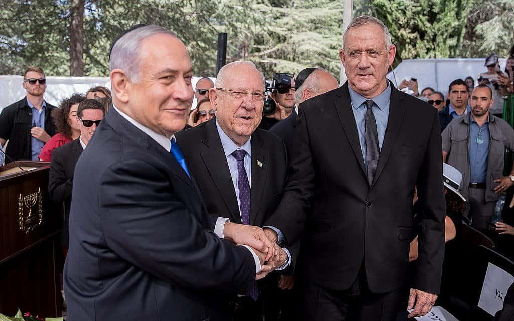 הנשיא רובי ריבלין דוחף ללחיצת יד בין בני גנץ לביבי נתניהו (צילום: Yonatan Sindel/Flash90)