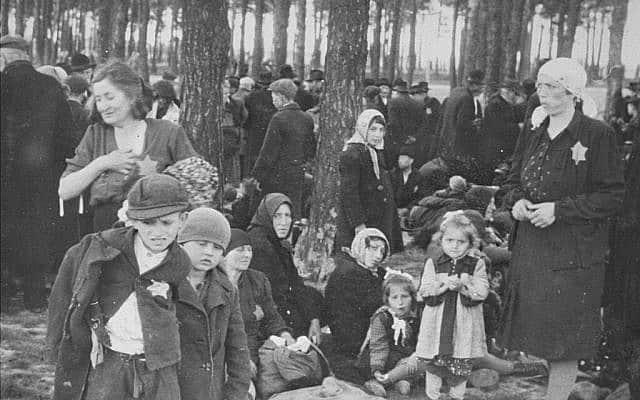 """יהודים הונגרים ממתינים ל""""מקלחות"""" בחורשה של אושוויץ-בירקנאו, מאי 1944, חלק מ""""אלבום אושוויץ"""" (צילום: יד ושם)"""