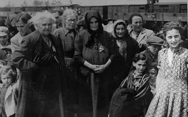 """תמונה מ""""אלבום אושוויץ"""" שעובדה כדי להבליט את בלה (ביילה) סולומון, מאי 1944 (צילום: יד ושם)"""