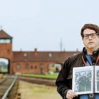 """מאט לייבוביץ' באושוויץ-בירקנאו, מחזיק עותק של """"אלבום אושוויץ"""" שבו מופיעה סבתו בלה (ביילה) סולומון, אוקטובר 2017 (צילום: אלן קאווש)"""