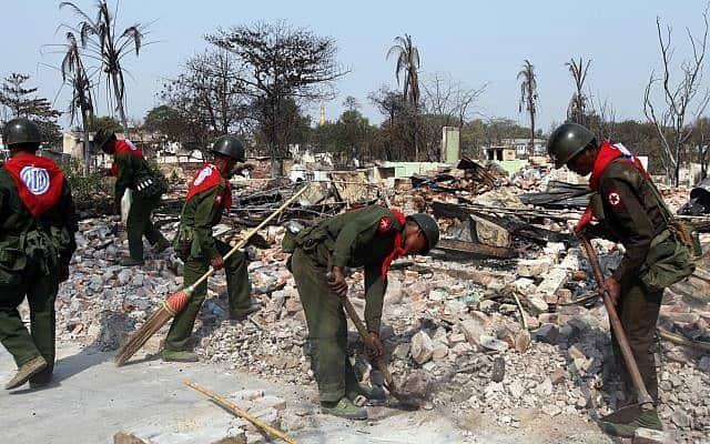 הצבא הורס בתים בעת מהומות במיאנמר (צילום: AP Photo Khin Maung Win)