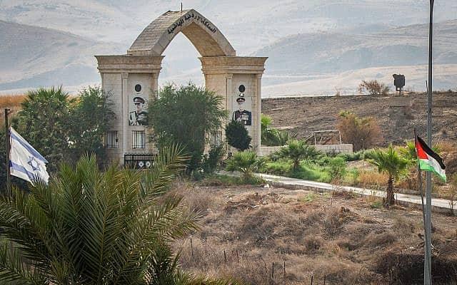 """גבול ישראל ירדן ב""""אי השלום"""", מובלעת נהריים (צילום: באסל עווידאת, פלאש 90)"""