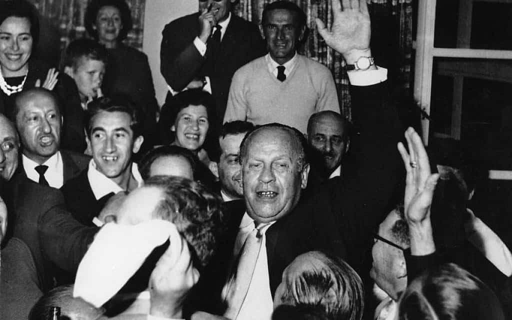 אוסקר שינדלר במהלך אחד מיותר מ-12 ביקורים שעשה בישראל, בתחילת 1961. במהלך השואה, שינדלר השתמש במפעל שלו ובשוחד כדי להציל יהודים מגירוש למחנות מוות שנבנו על ידי הנאצים (צילום: נחלת הכלל)