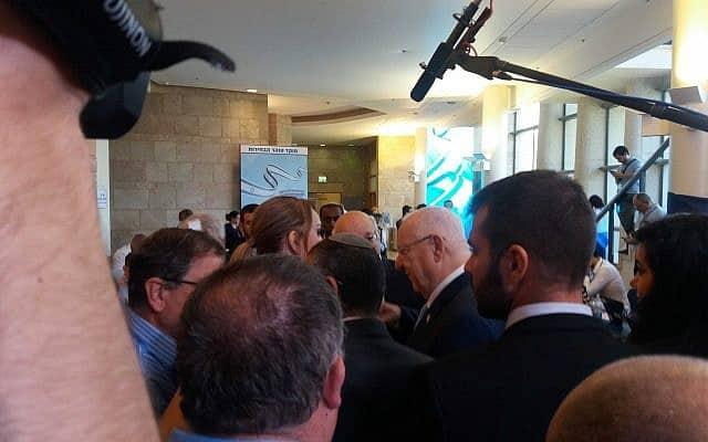 """ראובן ריבלין מבקר במשל""""ט ועדת הבחירות (צילום: תני גולדשטיין)"""