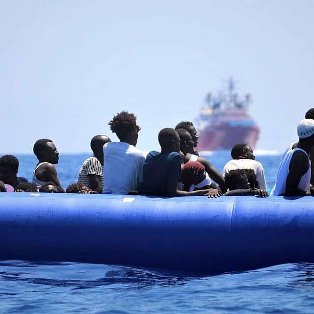 פליטים על סירת גומי כחולה עומדים להיאסף על ידי ה-Ocean Viking, אוגוסט 2019 (צילום: האנה וואלס באומן\ SOS Mediterranee)