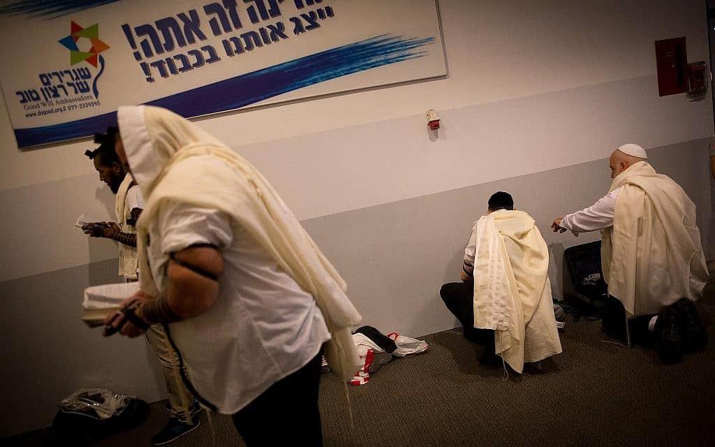 """מתפללים בנתב""""ג דרכם לאומן, צילום אילוסטרציה, למצולמים אין קשר לנושא הכתבה (צילום: יונתן סינדל, פלאש 90)"""