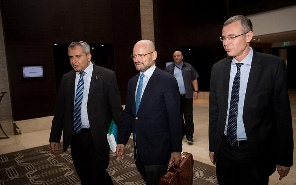 נציגי הליכוד וכחול לבן בדרכם לפגישת משא ומתן. מימין: יריב לוין, יורם טורבוביץ' וזאב אלקין (צילום: יונתן זינדל, פלאש 90)