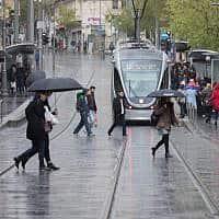 גשם ברחוב יפו בירושלים באפריל השנה. במקרה של סופת ברקים עדיף להתכופף ולהתרחק מעמודי חשמל (צילום: נועם ריבקין פנטון / פלאש 90)