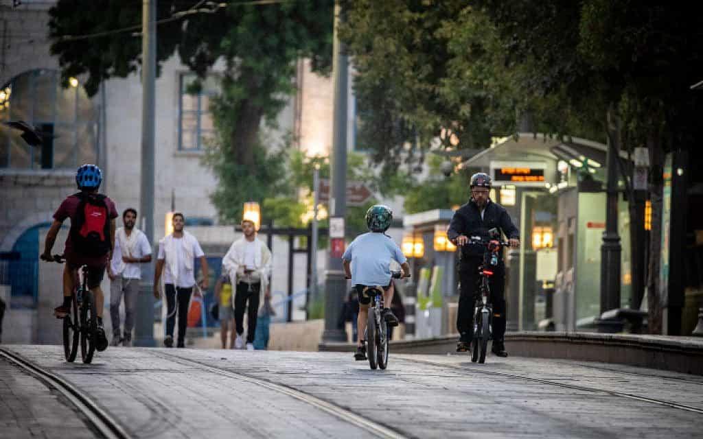 ערב יום כיפור בדרך יפו בירושלים. שני ילדים נהרגו במהלך החג ברכיבה על אופניים (צילום: יונתן סינדל / פלאש 90)
