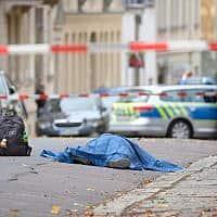 זירת הפיגוע שבו נורו למוות היום שני בני אדם מחוץ לבית כנסת בעיר האלה שבגרמניה. המשטרה פתחה במצוד אחר התוקפים (צילום: Sebastian Willnow/dpa via AP)