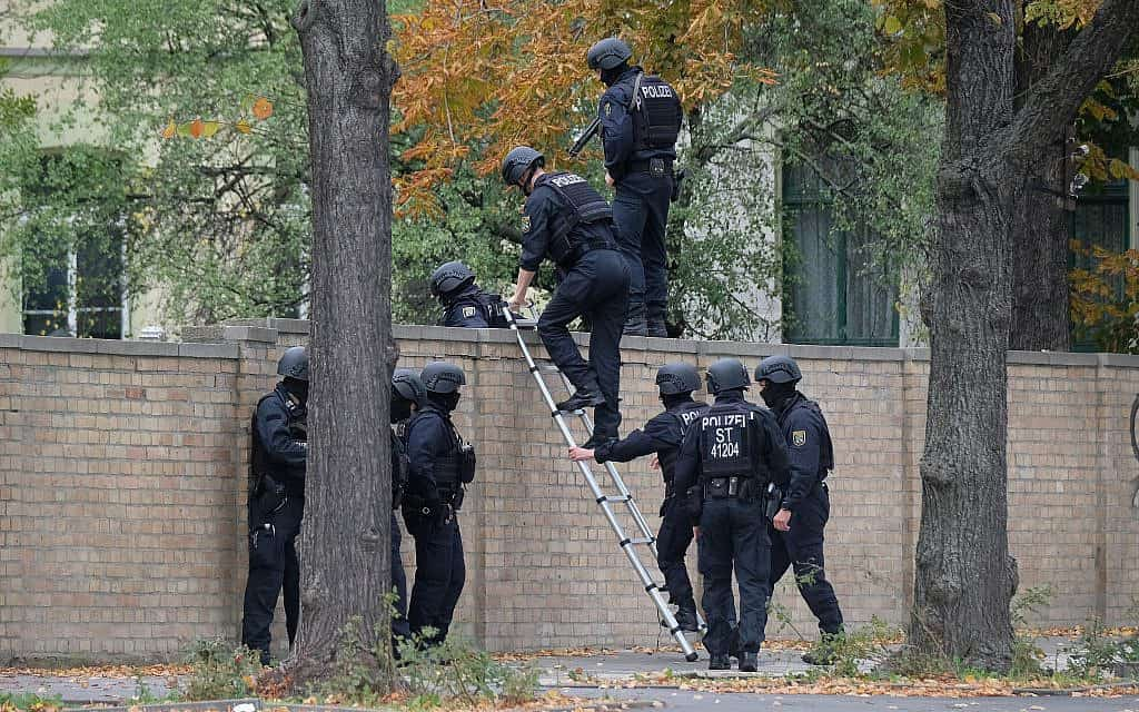 שוטרים בזירת הפיגוע בהאלה שבגרמניה. שני בני אדם נורו למוות מחוץ לבית הכנסת (צילום: Sebastian Willnow/dpa via AP)