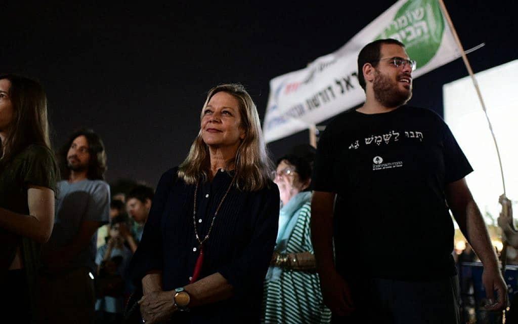 """ח""""כ מיקי חיימוביץ' (כחול-לבן) השתתפה היום בעצרת של תנועת """"המרד-בהכחדה"""" במחאה על משבר האקלים העולמי (צילום: תומר נויברג / פלאש 90)"""