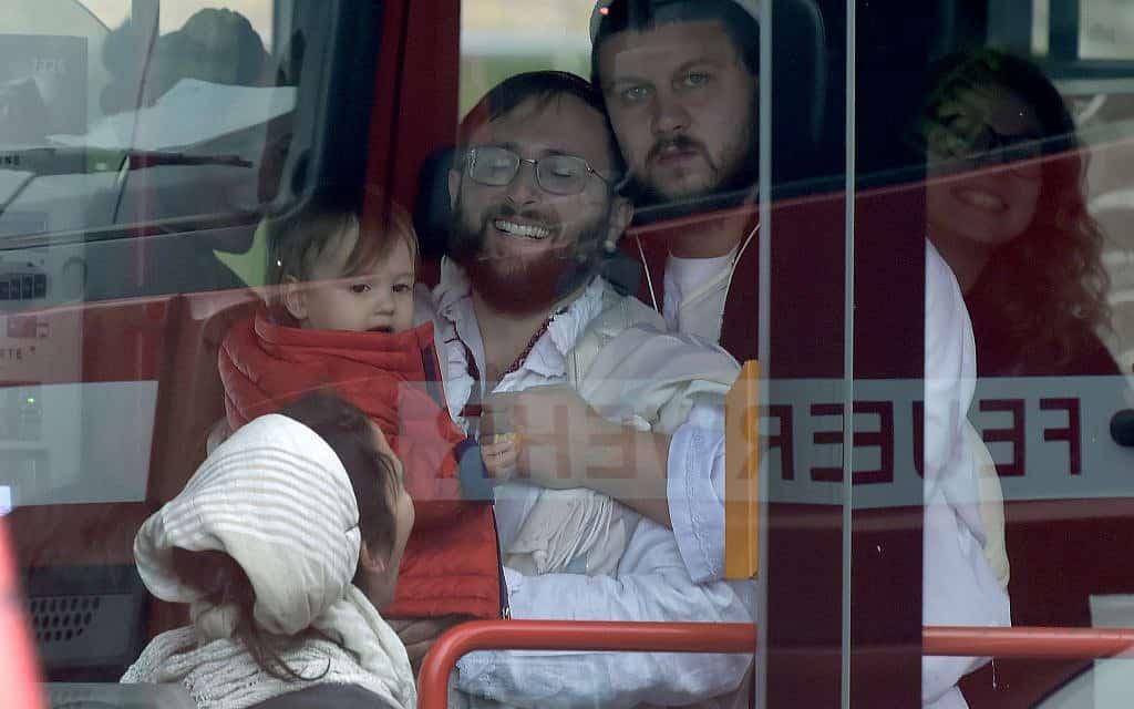 מתפללים שהיו בבית הכנסת בהאלה שבגרמניה עולים לאוטובוס שמוציא אותם מהזירה. שני בני אדם נורו למוות מחוץ לבית הכנסת (צילום: AP Photo Jens Meyer)