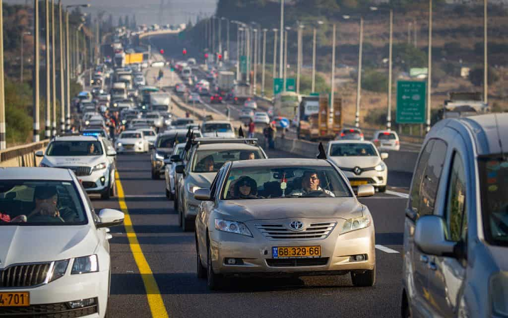 שיירת מכוניות ליד מג'ד אל כרום, במחאה על אוזלת היד בטיפול באלימות בחברה הערבית. השיירות יצאו מיישובים ערבים בכל הארץ לכיוון ירושלים (צילום: פלאש 90)