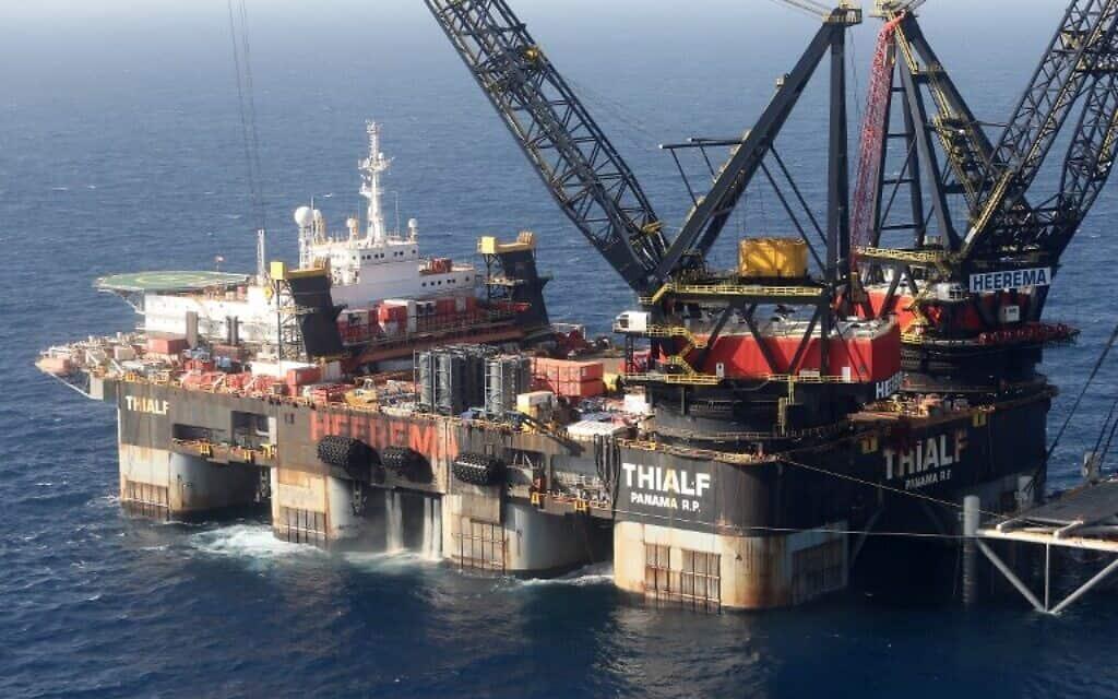 העגורן הימי SSCV Thialf מניח את היסודות לאסדת שדה הגז הטבעי לווייתן, 31 בינואר 2019 (צילום: (מארק ישראל סלם, סוכנות הידיעות הצרפתית))
