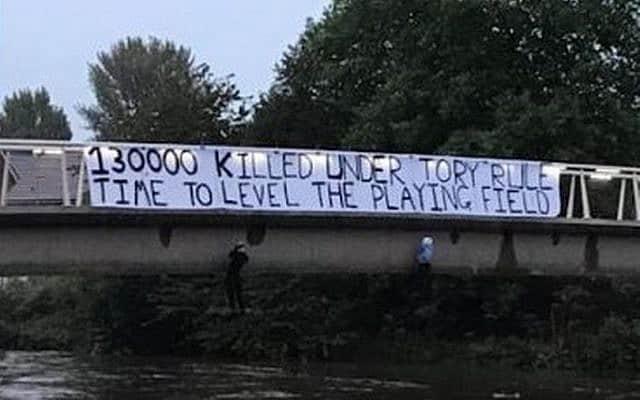 שלט שנתלה בסאלפורד הקורא להרוג שמרנים (צילום: טוויטר)