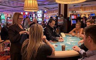 אורלי גרייבס, עומדת מצד שמאל, משוחחת עם לקוחות בשעה שהיא מפקחת על שולחן בלאקג'ק במלון Wynn Las Vegas, 22 בספטמבר, 2019 (צילום: ג'וזפין דולסטן)