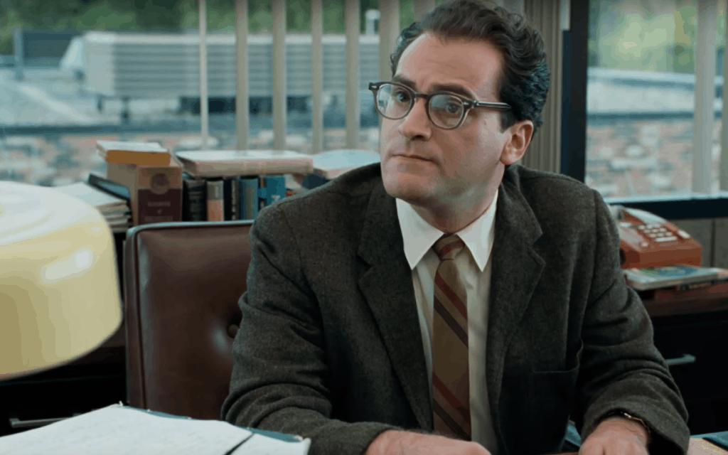 """מייקל סטולברג, בתפקיד הבכורה שלו כמרצה לפיזיקה לארי גופניק, בסרט""""יהודי טוב"""" (צילום: צילום מסך מיוטיוב)"""