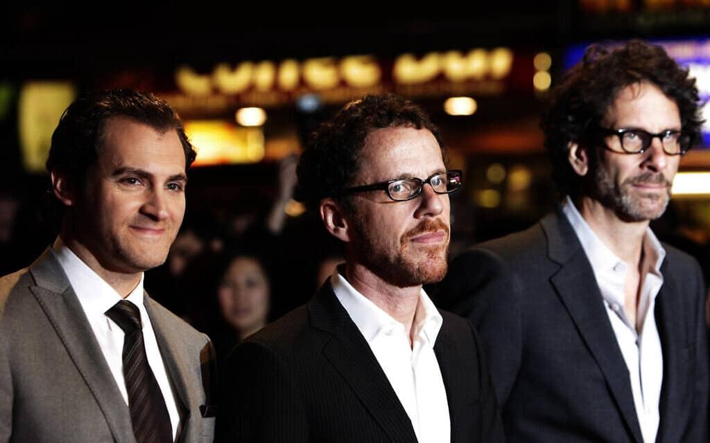 """הבמאים ג'ואל כהן (מימין) ואיתן כהן (במרכז), עם השחקן מייקל סטולברג, מגיעים להקרנה של """"יהודי טוב"""" בפסטיבל הסרטים של לונדון (צילום: Yui Mok/PA Images דרך Getty Images)"""