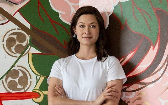 ג'ולי רוברטסון. שואבת השראה מאמנות יפנית בציורי הקיר שלה (צילום: באדיבות רוברטסון)