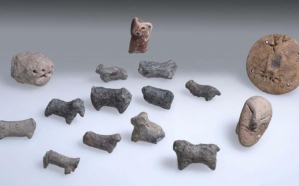 צלמיות מאתר החפירות מתקופת הברונזה הקדומה ליד חריש המודרנית (צילום: קלרה עמית, רשות העתיקות)
