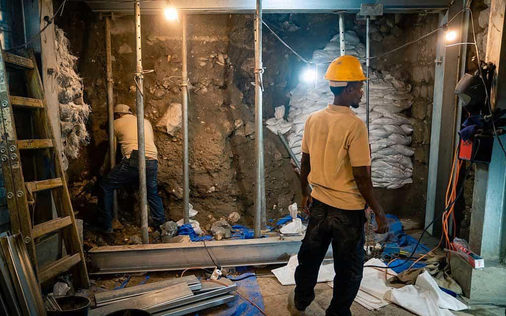 צוות מכין אזור לחפירה ומתקין קורות תמך בדרך רומית הידועה כדרך עולי הרגל, הנחפרת באתר הארכאולוגי בעיר דוד בירושלים, 24 בספטמבר 2019 (צילום: לוק טרס)