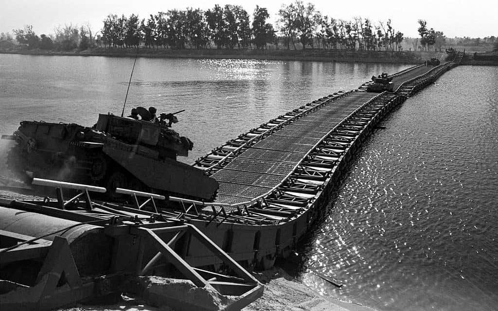 כוחות חיל השריון חוצים גשר במדבר סיני (צילום: אילן רון/לע״מ)
